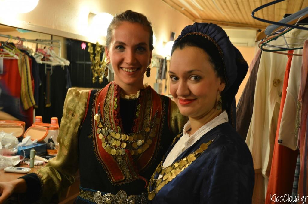 χορεύτριες, παρασκήνια, παραδοσιακές στολές